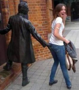 cette-jeune-femme-semble-se-prendre-une-main-aux-fesses-par-cette-statue_131957_w696